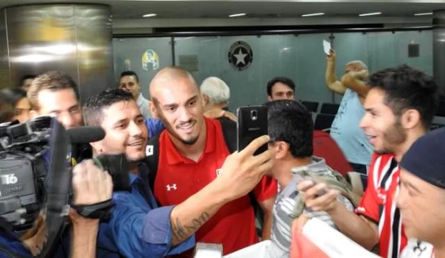 Maicon é assediado por torcedores no aeroporto (Foto: Tossiro Neto)