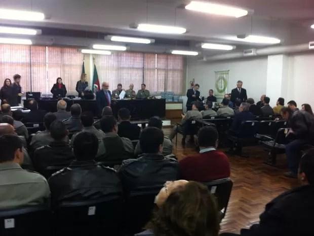 Justiça Militar faz primeiro julgamento no caso Kiss (Foto: Vanessa Backes/RBS TV)