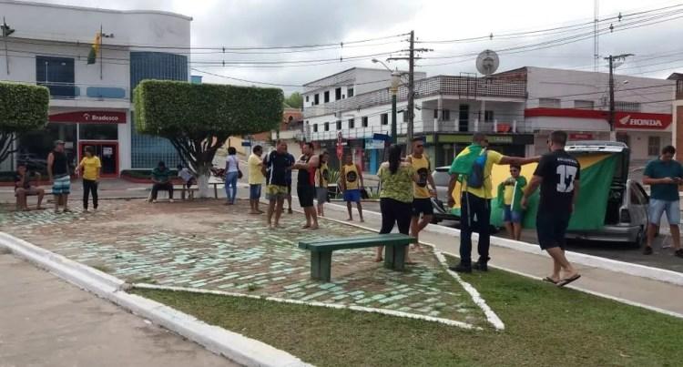 CRUZEIRO DO SUL, 09H34h: Cerca de 30 manifestantes se reúnem na Praça Orleir Cameli neste domingo (26), segundo a organização do ato — Foto: Mazinho Rogério/G1