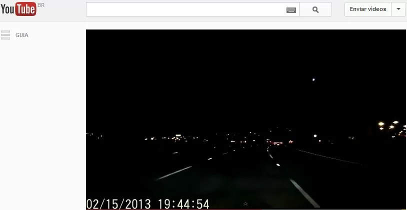 Imagem mostra momento em que rastro de luz cruza o céu de San Francisco; vídeo foi feito na noite desta sexta-feira (Foto: Reprodução/YouTube)