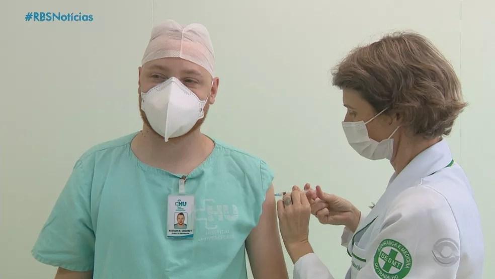 Profissionais de saúde estão entre os grupos prioritários para o início da vacinação no RS — Foto: Reprodução/RBS TV