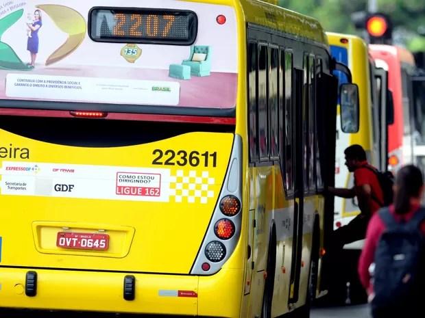Passageiro embarca em ônibus da Pioneira (Foto: Gabriel Jabur/Agência Brasília)