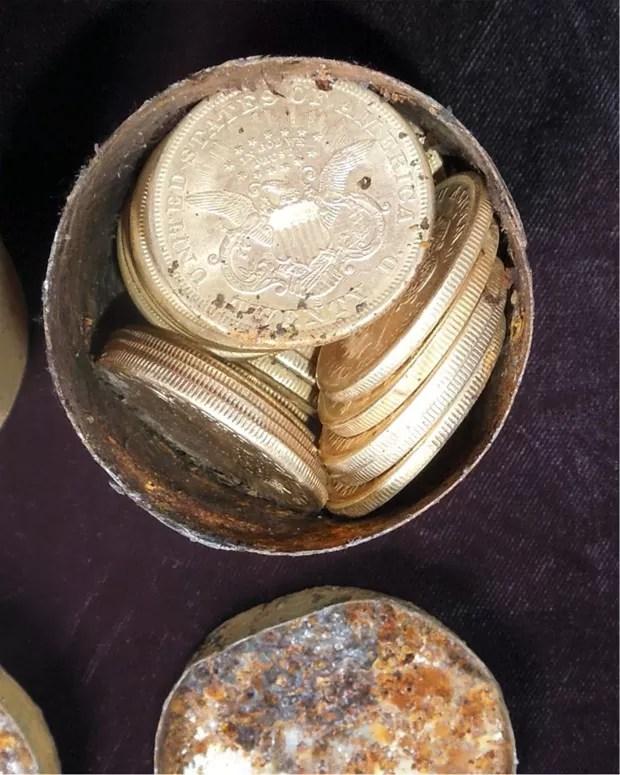 Umagem mostra algumas das moedas descobertas por casal na Califórnia  (Foto: AP Photo/Saddle Ridge Hoard discoverers via Kagin's, Inc)