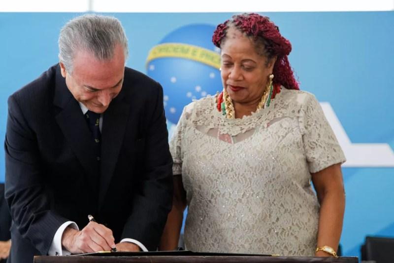 O presidente Michel Temer assina o termo de posse dA ministra dos Direitos Humanos, Luislinda Valois (Foto: Beto Barata/Presidência da República)