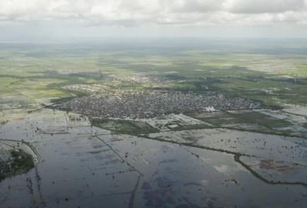 Imagem aérea mostra área inundada na Somália após passagem de tempestade nesta terça-feira (12) (Foto: AU-UN IST, Tobin Jones/AP)