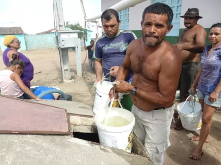 Luiz Carlos é agricultor e perdeu fonte da renda familiar com a falta de água (Foto: Joalline Nascimento/G1)
