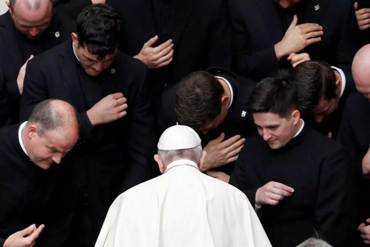 30 de setembro - Papa Francisco se encontra com membros do clero após sua audiência geral semanal no pátio de San Damaso, no Vaticano — Foto: Yara Nardi/Reuters