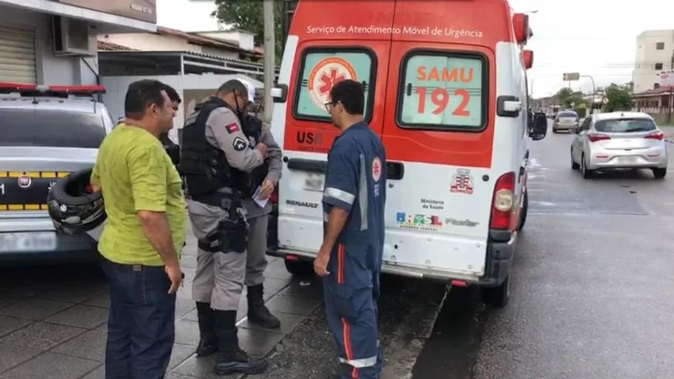 Vigilante foi socorrido pelo Samu e por policiais do BPTran, em João Pessoa — Foto: Walter Paparazzo/G1