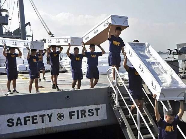 Entre as doações que chagam às Filipinas estão centenas de caixões. (Foto: Michael D. Namit / Marinha das Filipinas / Via AP Photo)