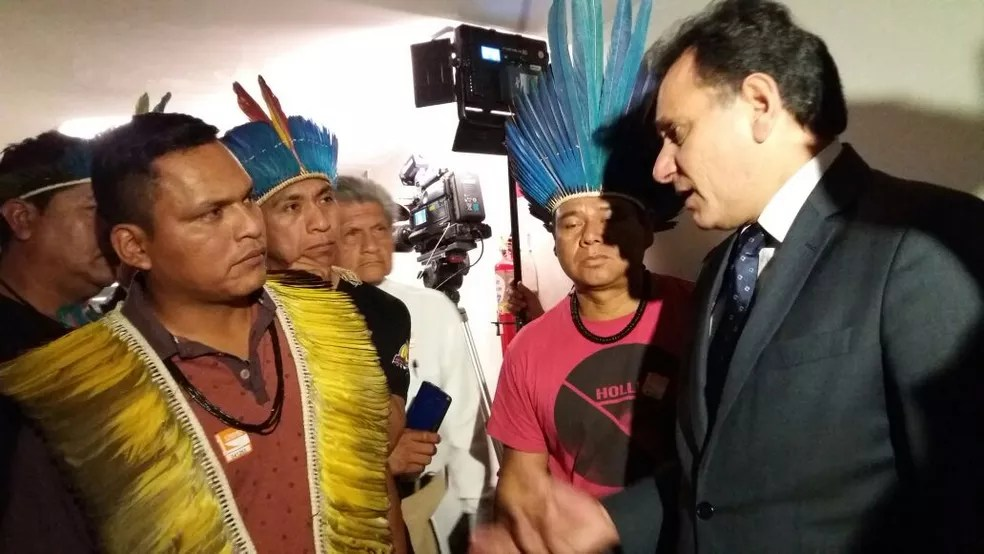 Após votação do parecer, relator Nilson Leitão conversou com índios do Mato Grosso do Sul (Foto: Bernardo Caram/G1)