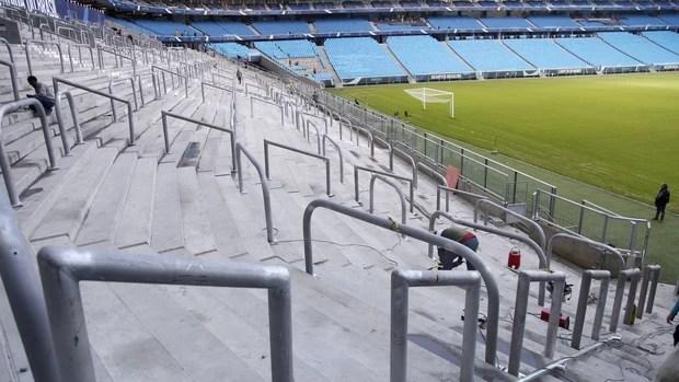 colocação de gradis espaço geral Arena do Grêmio (Foto: Wesley Santos/Press Digital)