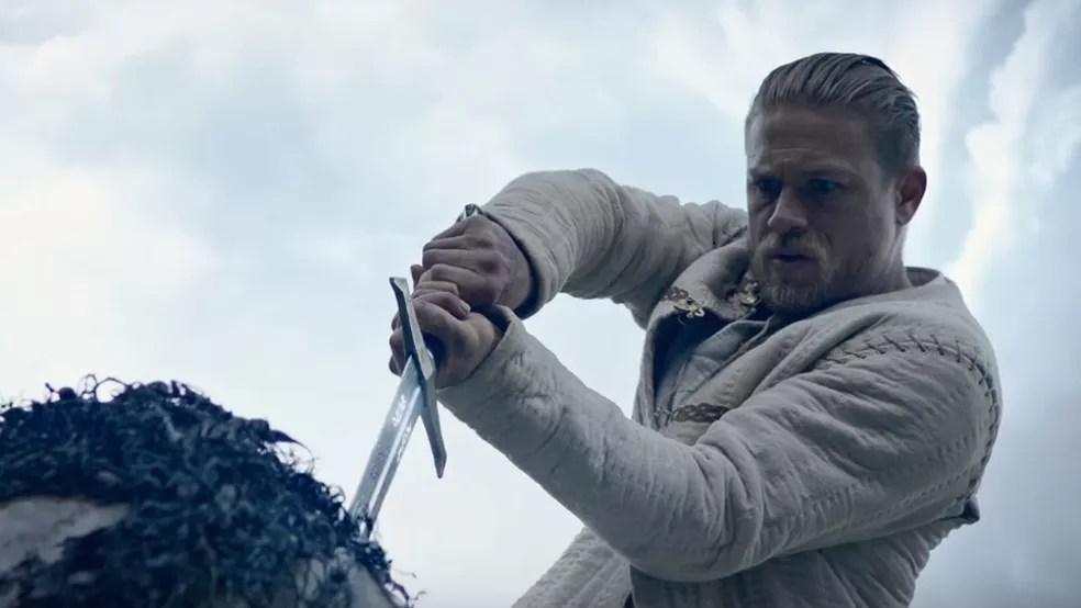 Charlie Hunnam em cena de 'Rei Arthur: A Lenda da Espada' (Foto: Divulgação)