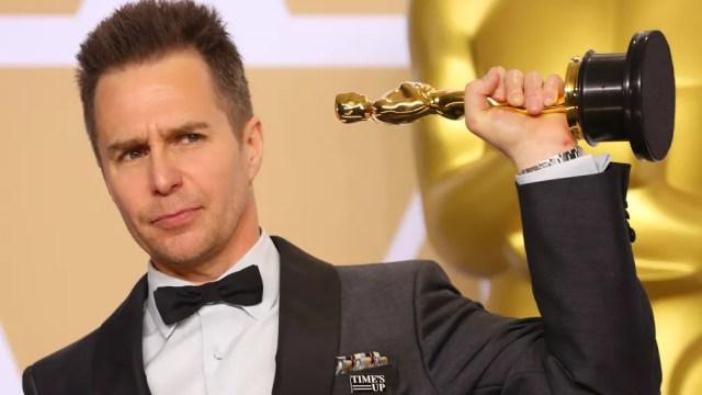Sam Rockwell posa nos bastidores com a estatueta do Oscar 2018 (Foto:  Mike Blake/Reuters)