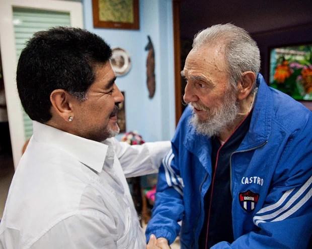 O craque Diego Armando Maradona e o líder cubano em encontro neste sábado (13) em Havana (Foto: AFP)