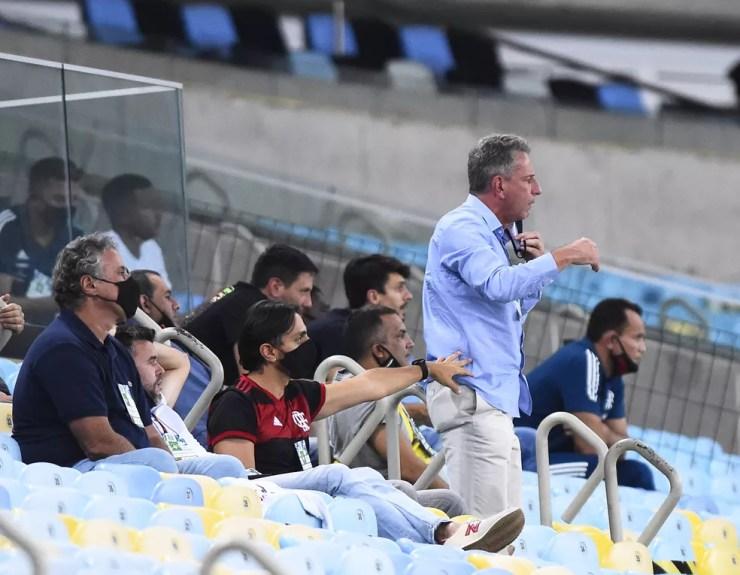 Landim, contido pelo filho (de camisa do Flamengo), cobra cartão amarelo para Leo Matos, do Vasco, no pênalti do primeiro tempo — Foto: André Durão