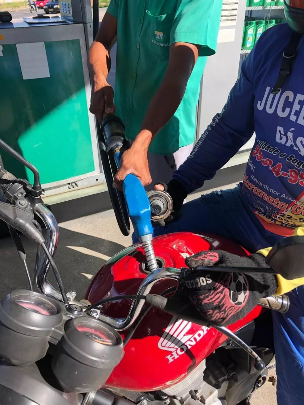 Consumidores reclama de alto preço do combustível em Cruzeiro do Sul  — Foto: Mazinho Rogério/G1