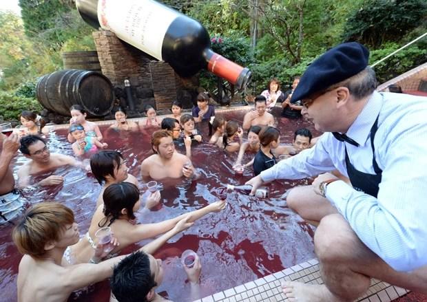Convidados participaram de tradicional banho em piscina de vinho, realizado em spa na cidade japonesa de Hakone (Foto: Toshifumi Kitamura/AFP)