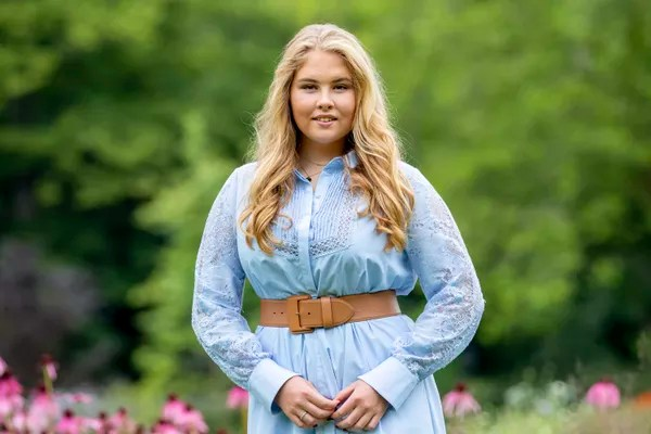 Princess Amalia, from the Netherlands, in an essay done in one of the gardens of the Huis ten Bosch Palace (Photo: Getty Images)