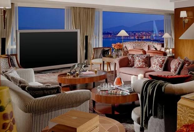 Com uma das maiores telas de TV do mundo, a sala com clima aconchegante é um espaço perfeito para curtir um tempo em família, alémde ter a vista incrível para o lago (Foto: Divulgação/Hotel President Wilson)