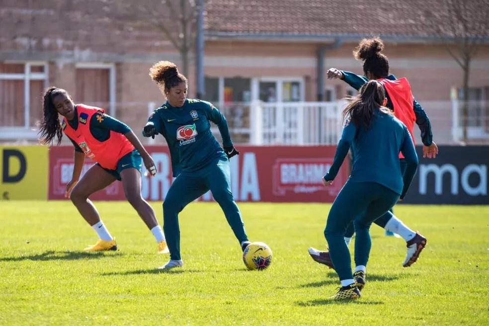 Cristiane domina a bola no treino da seleção feminina em Calais — Foto: A2M/CBF