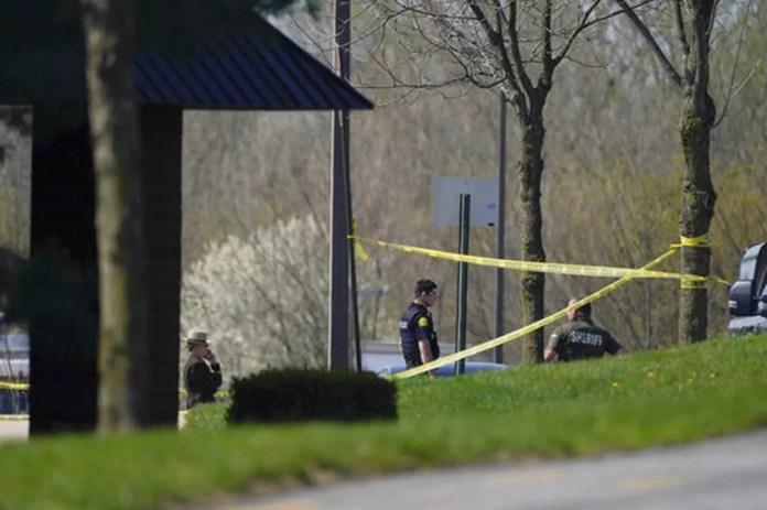 Policiais do lado de fora do local onde houve um tiroteio em Maryland, nos EUA, em 6 de abril de 2021 — Foto: Julio Cortez/AP
