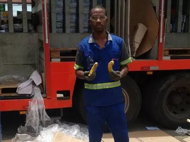 Entregador de bebidas exibe banana que teria recebido do gerente do bar Garota da Tijuca (Foto: Leonardo Valentim/ Arquivo pessoal)