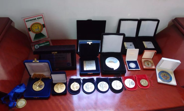 Fotógrafo coleciona medalhas adquiridas durantes os campeonatos de filatelismo no Brasil e no mundo  (Foto: Silvio Rosa Santos Martins/Arquivo Pessoal)