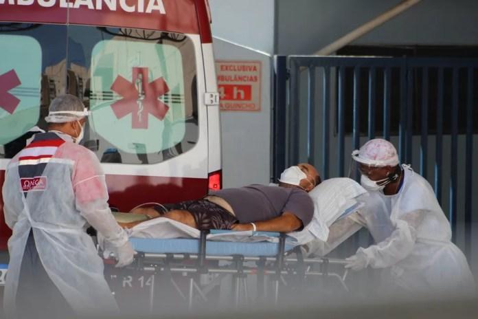 Movimentação de ambulâncias chegando com pacientes com Covid-19 no Hospital Municipal Doutor Mário Gatti, em Campinas, interior de São Paulo, na manhã deste sábado (27) — Foto: KAREN FONTES/ISHOOT/ESTADÃO CONTEÚDO