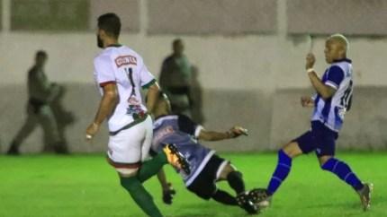 Rafael Bilu toca na saída do goleiro e marca para o CSA