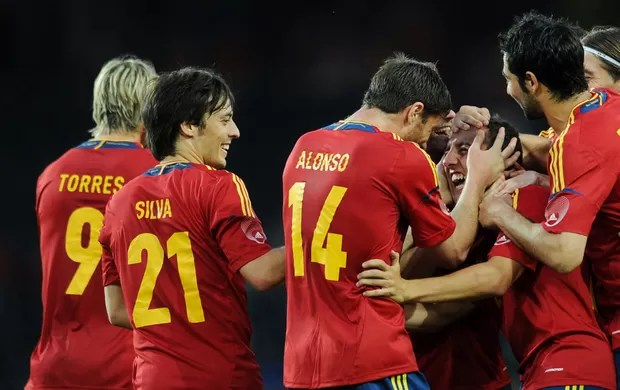 Santi Cazorla e Xabi Alonso gol Espanha (Foto: Getty Images)