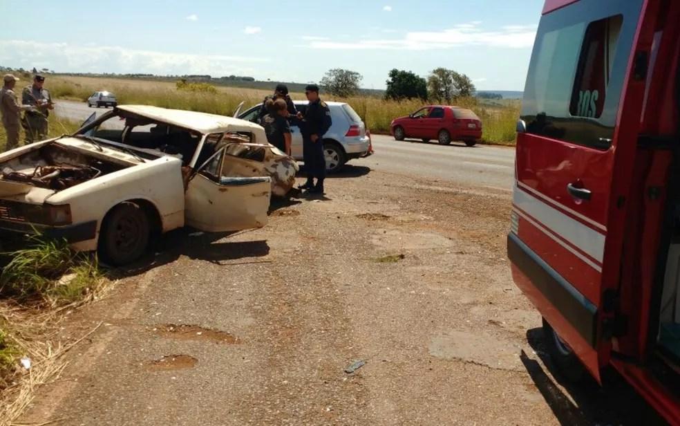 Bombeiros socorreram passageira, que foi levada a hospital e recebeu alta (Foto: Divulgação/Corpo de Bombeiros)