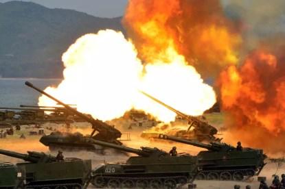 Foto distribuída nesta quarta-feira (26) pelo governo da Coreia do Nortes mostra exercício de artilharia com fogo real realizado por ocasião do aniversário de seu Exército (Foto: Korean Central News Agency/Korea News Service via AP)
