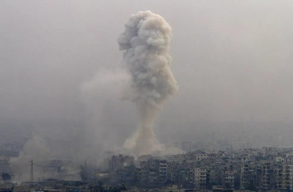 Imagem mostra bombardeio em área controlada pelos rebeldes em Aleppo (Foto: Omar Sanadiki/Reuters)