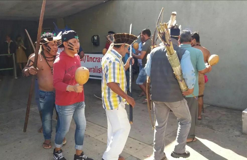 Índios do lado de fora da Câmara enquanto a CPI da Funai votava relatório (Foto: Bernardo Caram/G1)