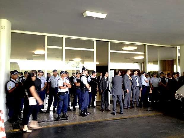 PM faz cordão de proteção na entrada da Câmara dos Deputados, em Brasília (Foto: Felipe Neri/G1)