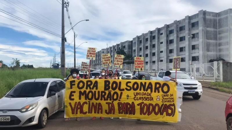 Com cartazes, manifestantes pediam impeachment de Bolsonaro — Foto: Ana Paula Xavier/ Rede Amazônica