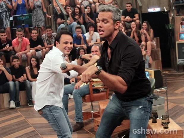Piloto e apresentador mostram que estão com o rebolado em dia (Foto: TV Globo/Altas Horas)