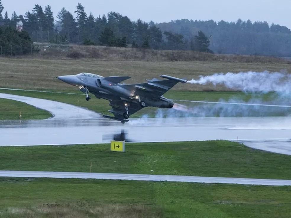 Pilotos brasileiros lideraram equipes de 8 contra 40 inimigos usando Gripen, novo caça do Brasil, em treinamento com simuladores (Foto: Saab/Divulgação)
