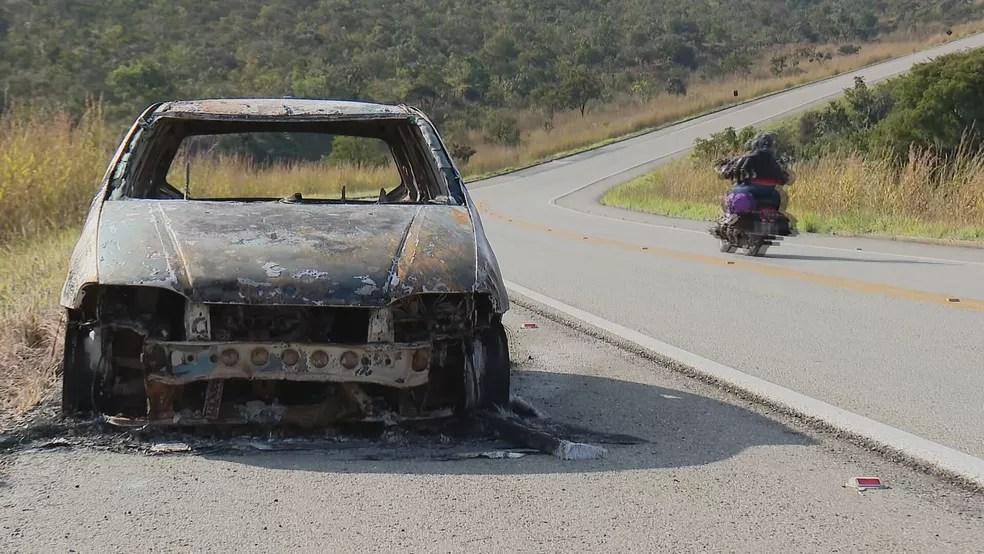 Carro abandonado queimado por Lázaro na BR-070, segundo a polícia — Foto: TV Globo / Reprodução