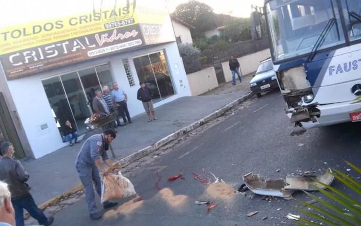 Motorista do ônibus não conseguiu frear e atingiu o caminhão de lixo (Foto: Arquivo Pessoal)