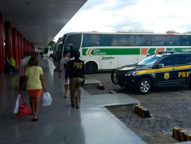 Mãe e filho voltaram a município do Piauí com a ajuda da PRF (Foto: Divulgação / PRF)