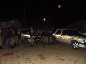Centenas de moradores acompanhavam o desfecho do caso. A polícia Militar da cidade pediu reforço em Montes Claros. (Foto: Marina Pereira/G1)