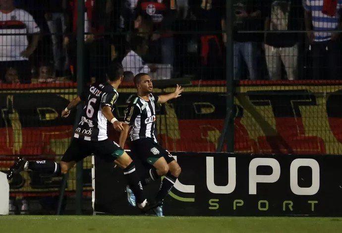 Clayton gol Figueirense x Flamengo (Foto: CRISTIANO ANDUJAR - Agência Estado)