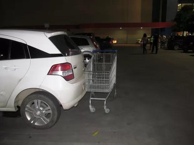 No estacionamento de supermercados as pessoas deixam os carrinhos na frente de outros carros ou ocupando vagas. (Foto: Fabiana De Mutiis/G1)