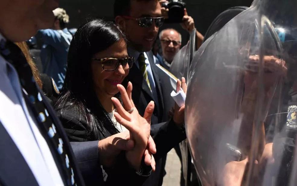 A chanceler venezuelana Delcy Rodriguez chega nesta quarta-feira (14) ao Palácio San Martin, em Buenos Aires (Foto: EITAN ABRAMOVICH / AFP)