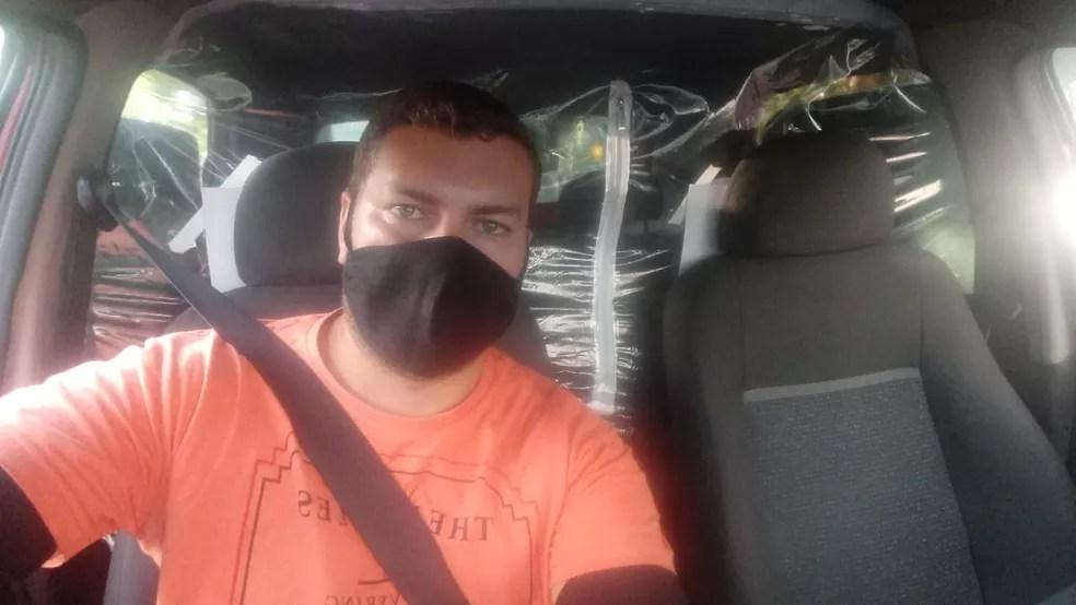 Rodolfo instalou o protetor salivar no carro em que trabalha e agradou os clientes — Foto: Rodolfo Ferreira de Lima/Arquivo pessoal