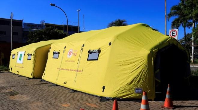 Tendas de hospital de campanha montadas em 2019 no DF para atender pacientes com suspeita de dengue — Foto: Breno Esaki/Saúde-DF