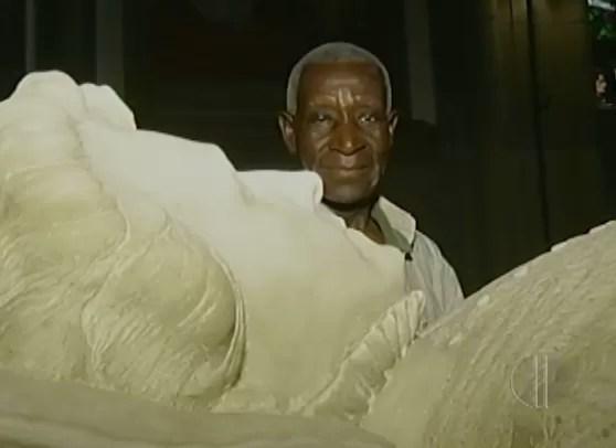 Lavrador mineiro foi ao túmulo de princesa Isabel, na Catedral de Petrópolis, agradecer pela liberdade (Foto: Reprodução/ Inter TV)