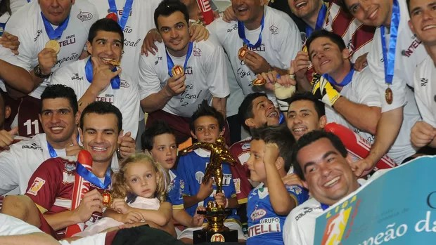 Jogadores de Orlândia com o troféu da Liga Futsal de 2012 (Foto: Luciano Bergamaschi / CBFS)