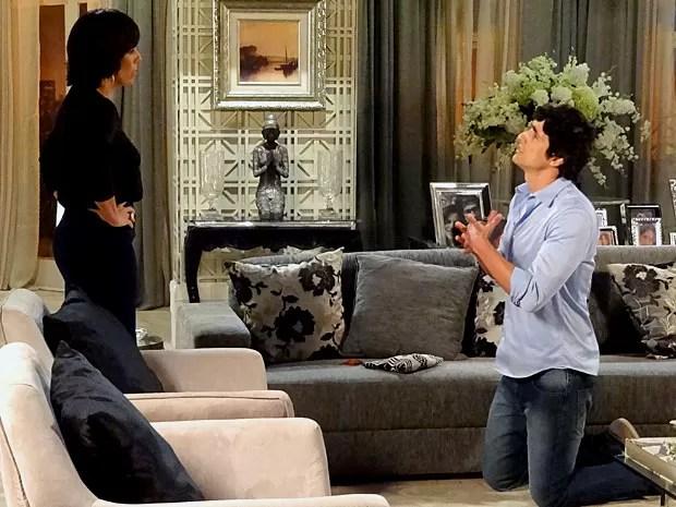 Nando tenta explicar que foi sequestrado para Roberta (Foto: Guerra dos Sexos / TV Globo)